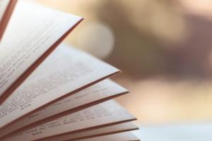 Immagine di un libro a rappresentare il leggere velocemente